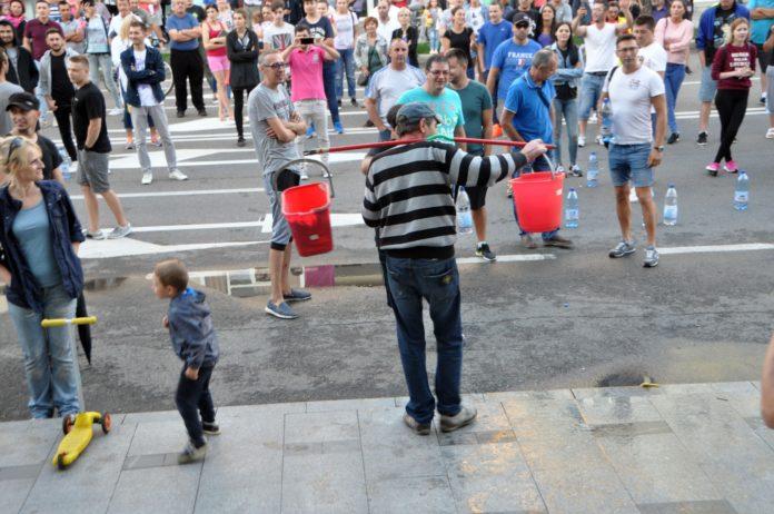 Câteva sute de băcăuani au protestat 2 zile la rând din cauza lipsei de apă