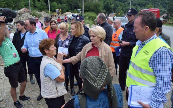 Dăncilă, Șova, Carmen Dan și Daea în vizită la sinistrații din Bacău