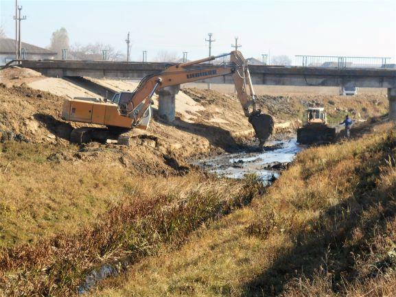 Au început lucrările de apărare împotriva inundațiilor pe pârâul Trebeș, în municipiul Bacău