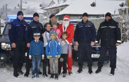 Ajutoarele lui Moș Crăciun se echipează în bleu jandarm